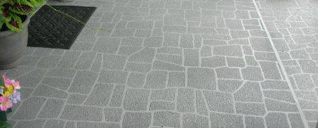 Nas coberturas em terraço deve ser executada uma pendente mínima para que a drenagem se estabeleça de forma eficaz.