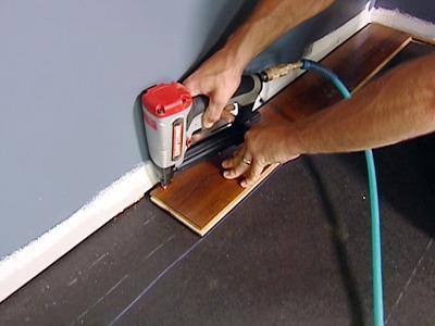Existem vários tipos de revestimento para chãos como soalho de madeira, pavimento flutuante, mosaico cerâmico, etc.