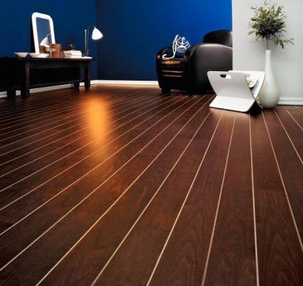 Existem vários tipos de pavimento de madeira, podendo ser pavimentos flutuantes, pavimentos maciços, soalho, parquet, decks convencionais ou em compósito (sem necessidade de manutenção).