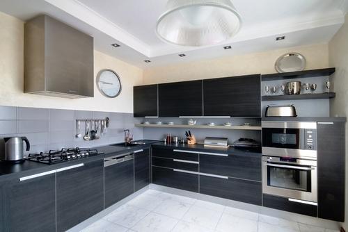 Uma cozinha moderna é, tipicamente equipada com forno, micro-ondas, placa, frigorífico, lava-loiças e arrumos para armazenamento de comida como os armários ou a despensa.
