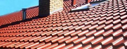 A argamassa que serve de fixação das telhas tem um coeficiente de dilatação térmica diferente das telhas, daí que quando a cobertura experimenta variações térmicas as telhas, com argamassa de fixação excessiva, têem pouca liberdade de movimento o que poderá levar à sua fissuração.
