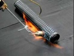 A ligação entre membranas de impermeabilização faz-se ao longo de juntas de sobreposição, que por sua vez são feitas com recurso a soldadura por meio de chama.
