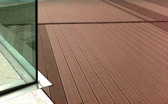 A madeira pode ser uma boa solução para pavimentos exteriores. Este tipo de madeira é tratada para poder estar sujeita às solicitações do exterior sem se degradar.