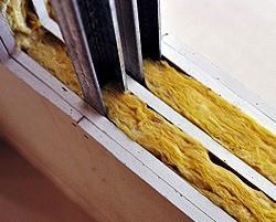 O isolamento das paredes divisórias é fundamental para se conseguir o nível de conforto térmico e acústico desejado. Um exemplo de um material para atingir estes objectivos é a lã de rocha.