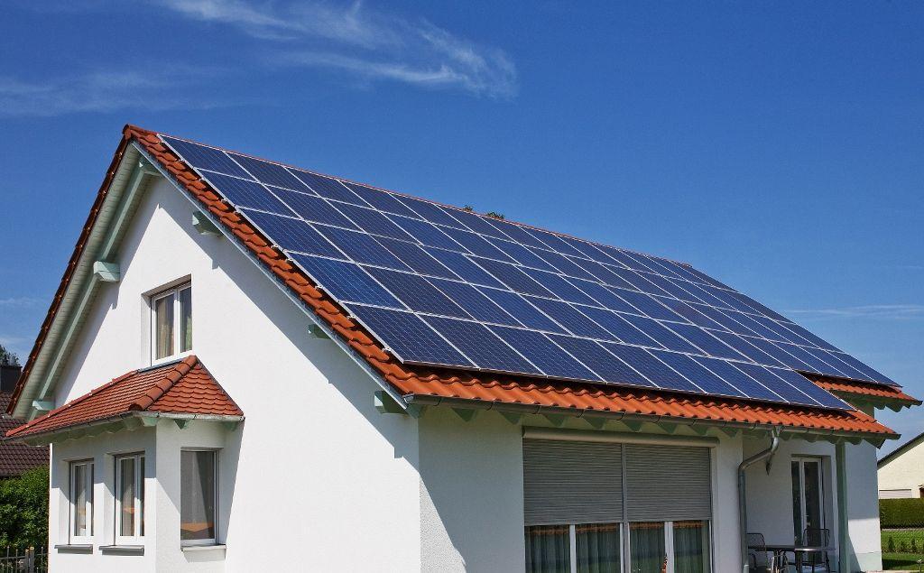 São as associações de células fotovoltaicas que convertem a luz solar em energia elétrica. As células fotovoltaicas são feitas em geral de silício ou arseniato de gálio, e apresentam coloração escura, para que haja maior captação de energia luminosa. As células solares de silício produzem menos energia quando comparadas às de gálio, porém o seu custo é menor.