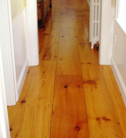 O pavimento flutuante de madeira é constituído por várias placas de madeira com uma camada superior em madeira nobre e envernizada. O tipo de madeira da camada superior determina o grau de dureza do pavimento flutuante.