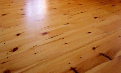 O Pavimento Flutuante Sintético é um produto muito resistente com acabamento que pode imitar madeira, cerâmica ou pedra.