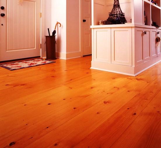 Antes de se aplicar um piso de madeira é imperativo garantir que o suporte está liso, limpo e nivelado.