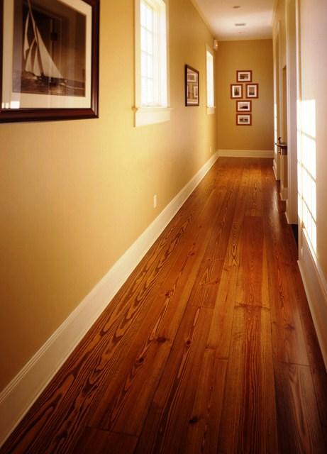 Entre os tipos de madeira portuguesa utilizadas para pavimentos destacamos o Carvalho, a Cerejeira, a Faia, a Nogueira e o Eucalipto.