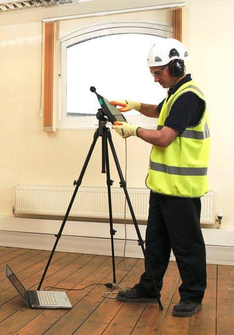 A Acústica de Edifícios corresponde à Medição do isolamento sonoro a sons aéreos entre compartimentos; Medição do isolamento sonoro a sons aéreos de fachadas e elementos de fachada; Medição do isolamento sonoro a sons de percussão de pavimentos; Medição dos tempos de reverberação.