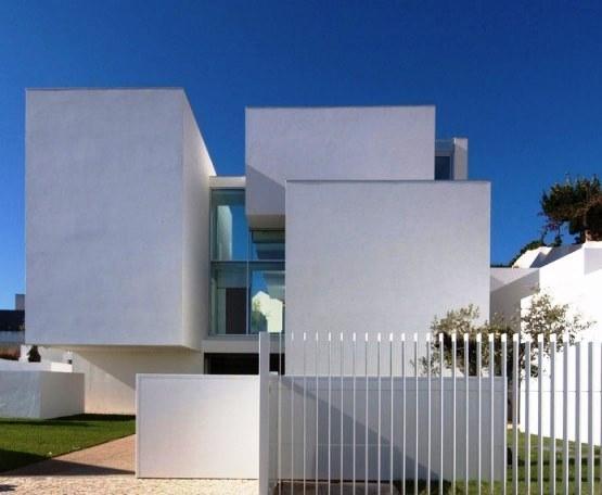 O maior inimigo da conservação dos edifícios é a água. Uma pintura em bom estado de conservação é essencial para uma proteção eficaz. Desta forma, um bom estado de conservação da pintura das fachadas permite uma economia considerável nos custos de manutenção de edifícios.