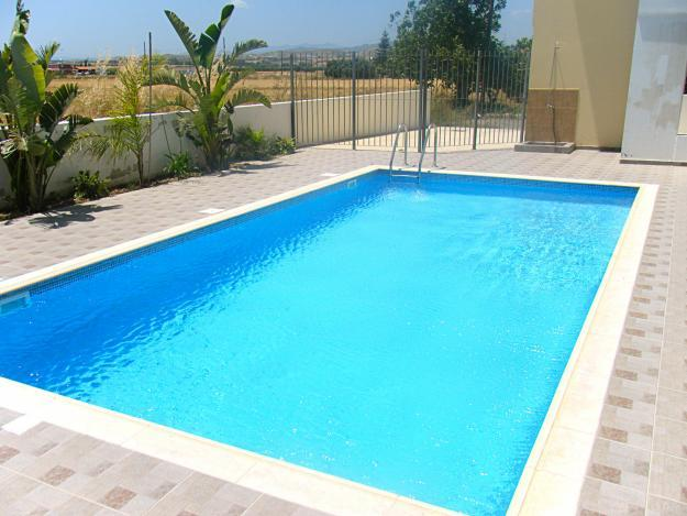 Existem vários tipos de piscina bem como modos de execução variando desde a estrutura até à impermeabilização, ao revestimento e à filtragem.