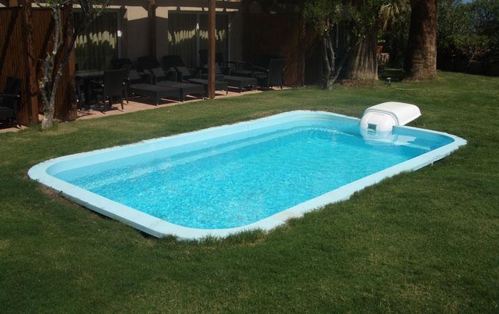 Enquanto que as piscinas de fibra de vidro já vêm impermeabilizadas, as piscinas de betão armado e alvenaria necessitam de um sistema de impermeabilização.