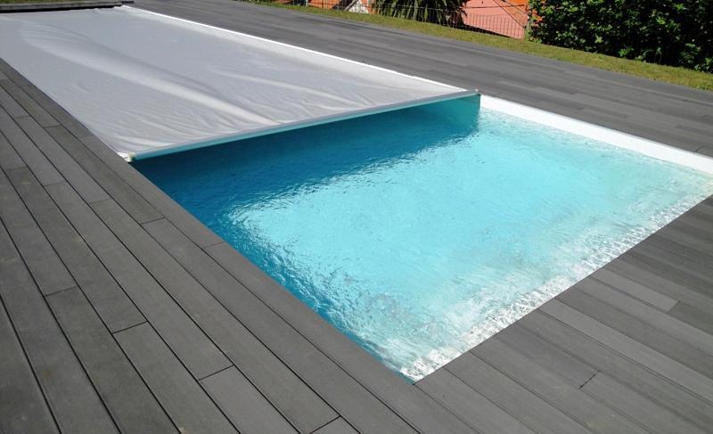 Todos os materiais aplicados durante a execução de uma piscina têm de cumprir determinados requesitos de durabilidade dado o ambiente exigente a que o revestimento de uma piscina está sujeito.