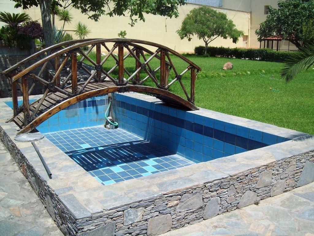 As piscinas de betão armado ou alvenaria são as mais tradicionais e podem ser projectadas em qualquer formato e tamanho. A estrutura, toda em betão armado ou em alvenaria de tijolo, dependerá do cálculo e do projecto de engenharia.