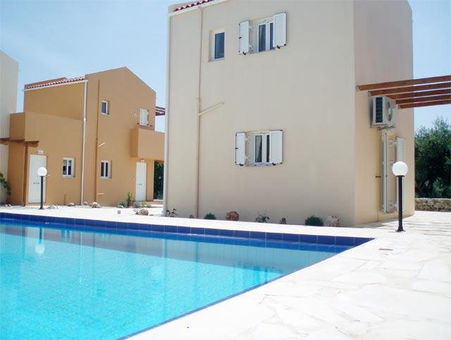 A impermeabilização de uma piscina de betão armado e alvenaria é similar à de uma laje de cobertura, existindo vários produtos e modos de impermeabilização.
