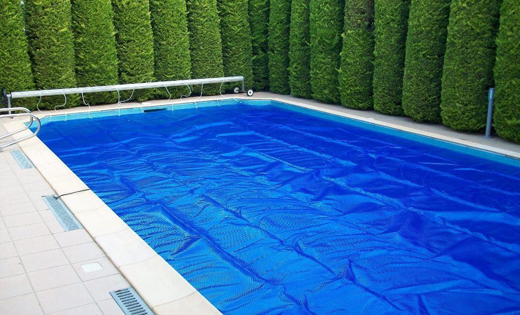 Apesar das piscinas pré-moldadas já serem revestidas pode sempre aplicar-se outro revestimento sobre a fibra de vidro.