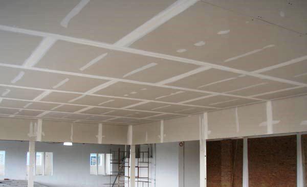 O pladur apresenta bastantes vantagens em paredes interiores em relação à execução das tradicionais paredes de tijolo.