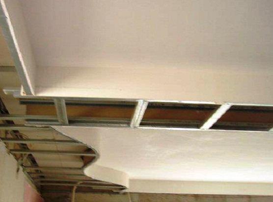 Apesar de ser menos sólido, quando comparado com os tradicionais tijolo e cimento, a utilização de pladur apresenta inúmeras vantagens, nomeadamente facilidade de manuseamento e baixo peso.