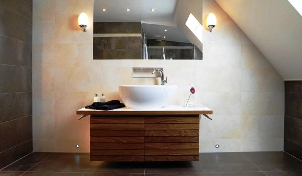 A estética e funcionalidade das casas de banho devem estar pensadas para lhe proporcionar o máximo conforto. Para este espaço ser funcionalmente excelente é necessário equipá-lo com isolamentos, impermeabilizações, sistemas de ventilação e acabamentos ou revestimentos adequados.
