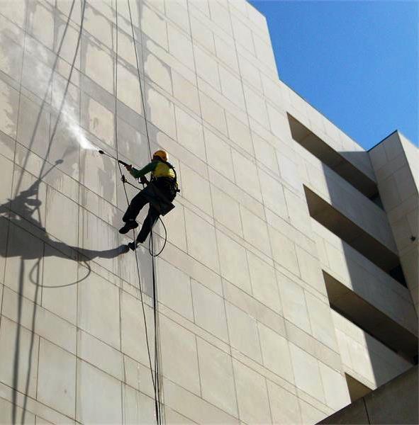 Caso pretenda proceder à limpeza da fachada do seu edifício ou a qualquer outro trabalho relacionado com a recuperação do mesmo, entre em contacto connosco.
