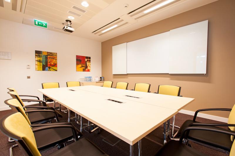 As janelas, portas e caixilhos do escritório da sua empresa são algo a ter em conta dada a importância que o espaço envolvente tem para um local de trabalho.