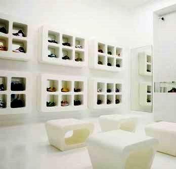A organização do espaço de uma loja é algo complexo dada a variedade de soluções.