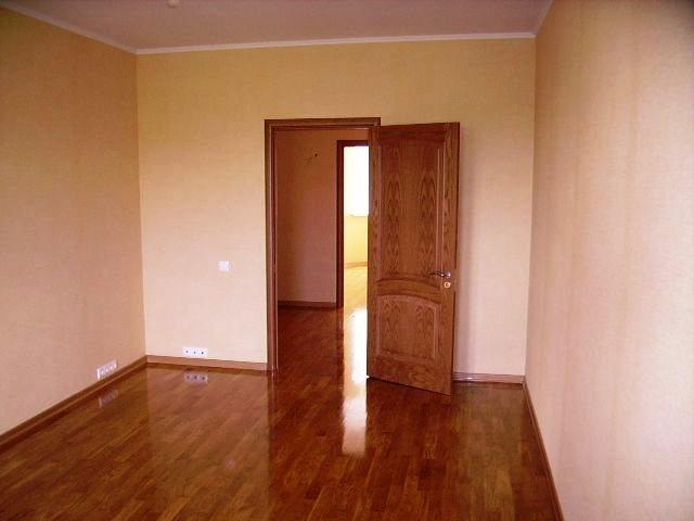 A remodelação da sua sala pode incluir entre vários trabalhos a substituição de pavimento, portas, rodapés, janelas e pintura do espaço.