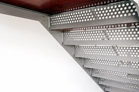 Os materiais utilizados em serralharia podem ter funções estruturais, de protecção, de revestimento ou funções decorativas.