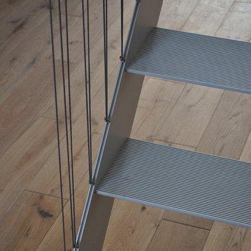 Os materiais utilizados em serralharia têm inúmeras aplicações na construção, tanto em interiores como exteriores.