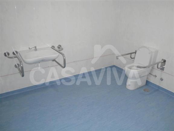 Nas casas de banho foram instaladas loiças sanitárias com as porporções adequadas e sistemas de apoio através de elementos metálicos.