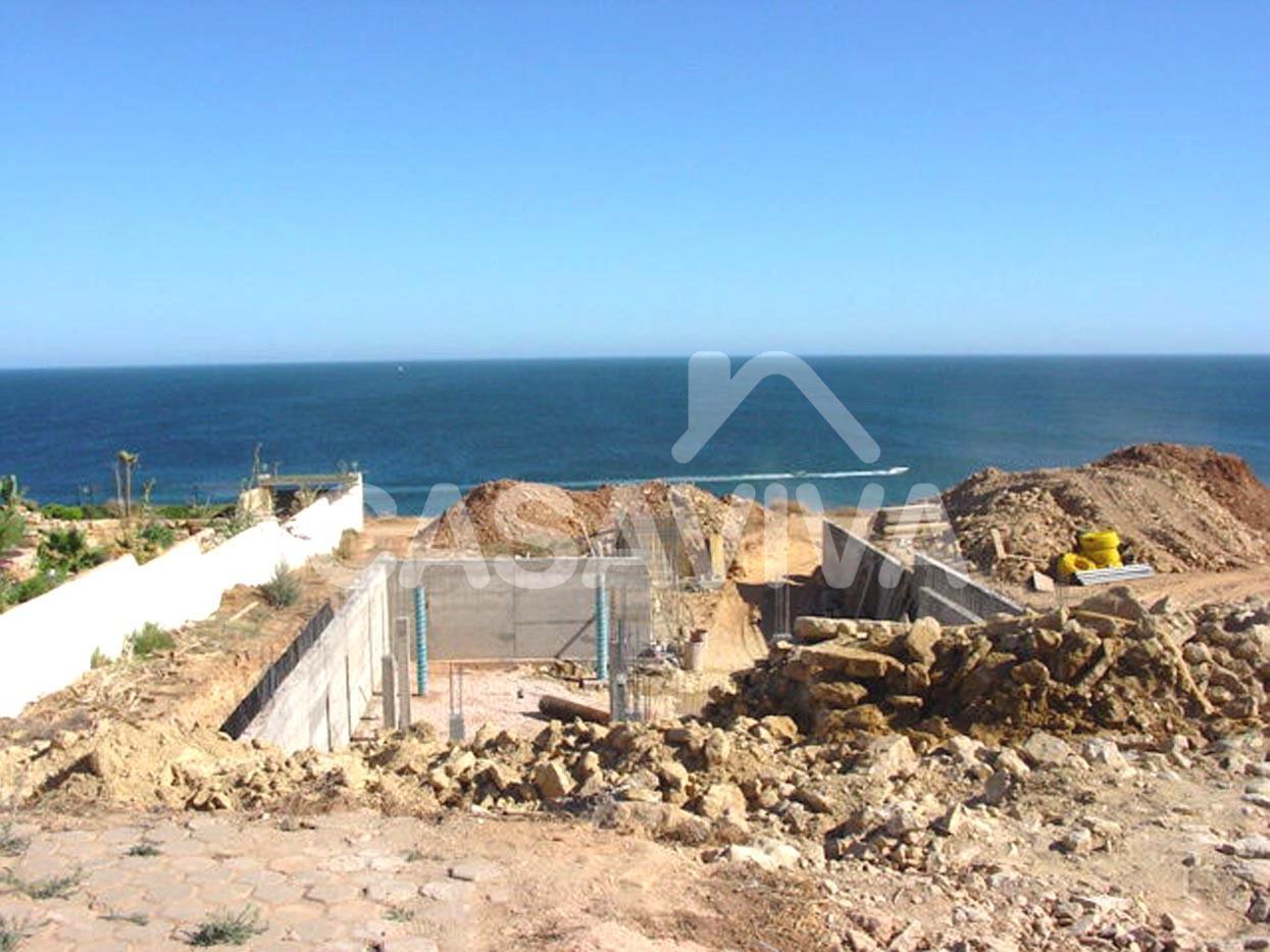 Execução de camada de betão de limpeza. Betão mais fraco utilizado para regularizar superfícies escavadas de modo a receberem betão armado.