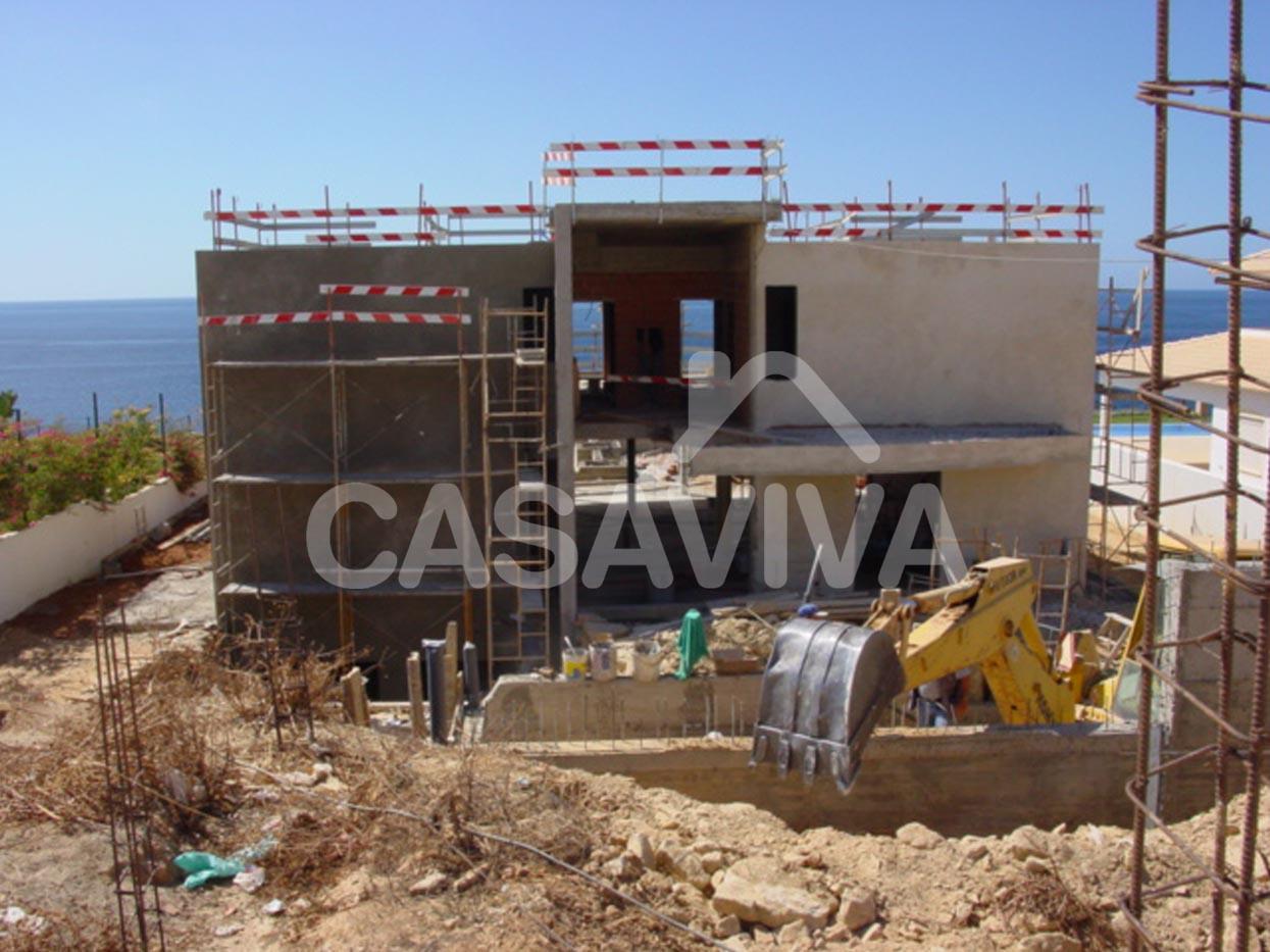 Execução de reboco, impermeabilizações, instalações técnicas e betonilhas.