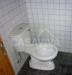 Na instalação sanitária foram aplicados azulejos brancos nas paredes envolventes e ladrilhos cerâmicos no chão.
