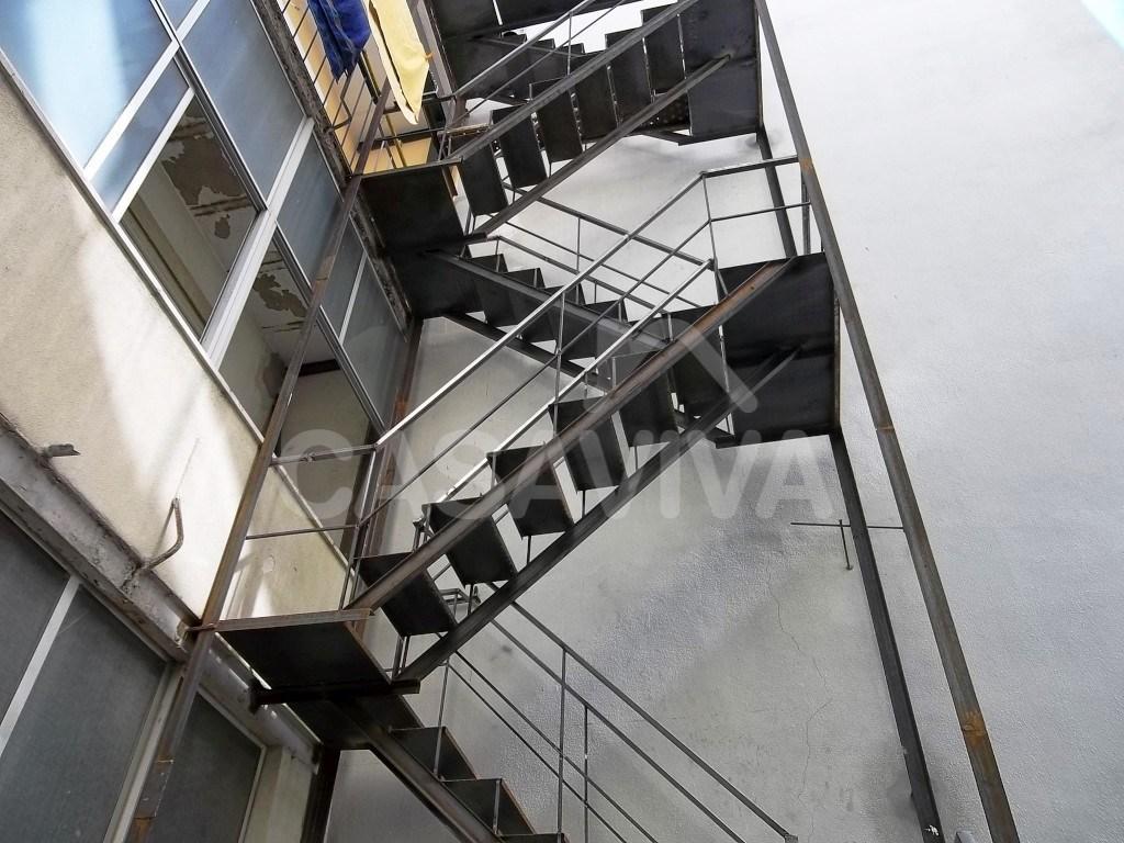 Foram executadas três plataformas de ligação desde a varanda dos 2º, 3º e 4º andares esquerdo para acesso à escada de incêndio.