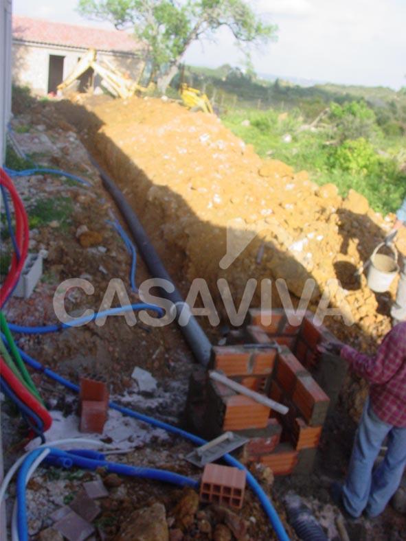Colocação da tubagem da nova rede de esgotos.