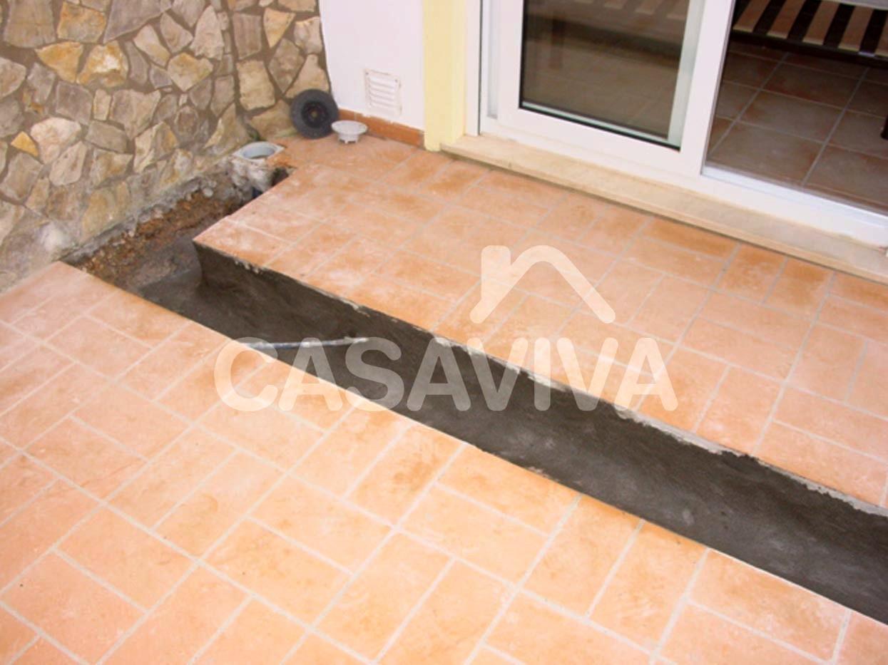 Abertura de caleira em espaço exterior para escoamento de água da chuva.