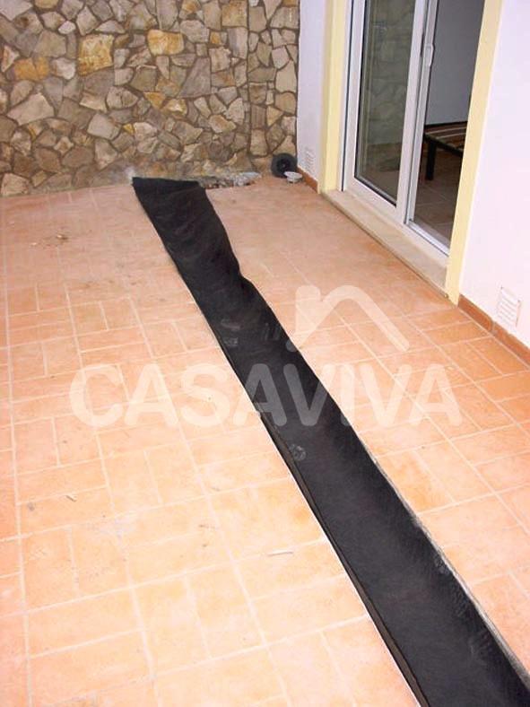 Impermeabilização de caleira. Aplicação de tela impermeabilizante na caleira.
