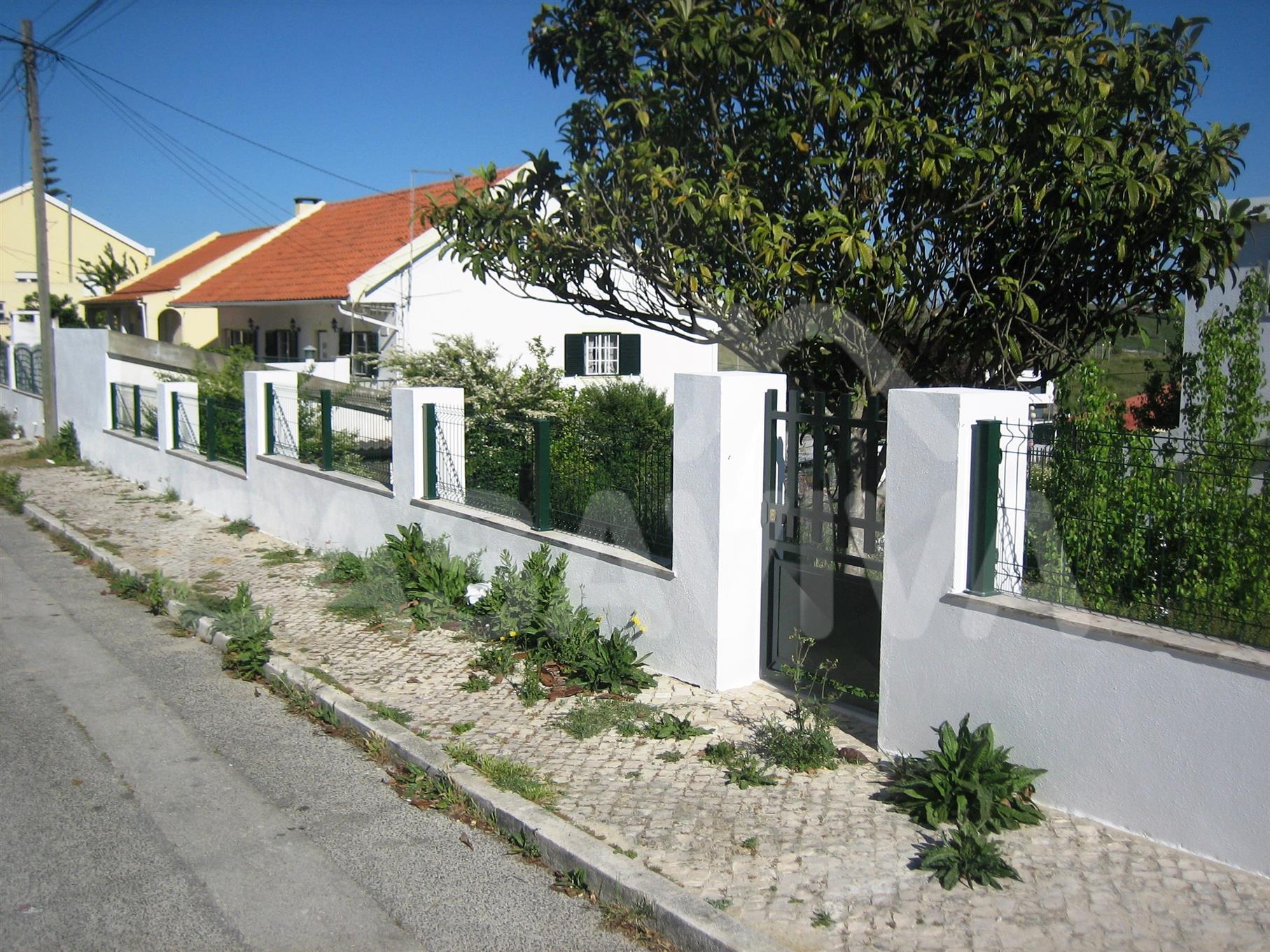 Foi reabilitado todo o muro envolvente da propriedade.