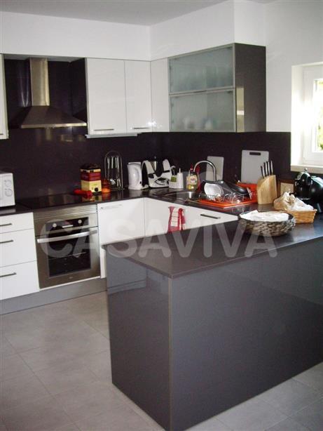 Na cozinha foram instalados equipamentos modernos com o design seleccionado pelo Cliente.