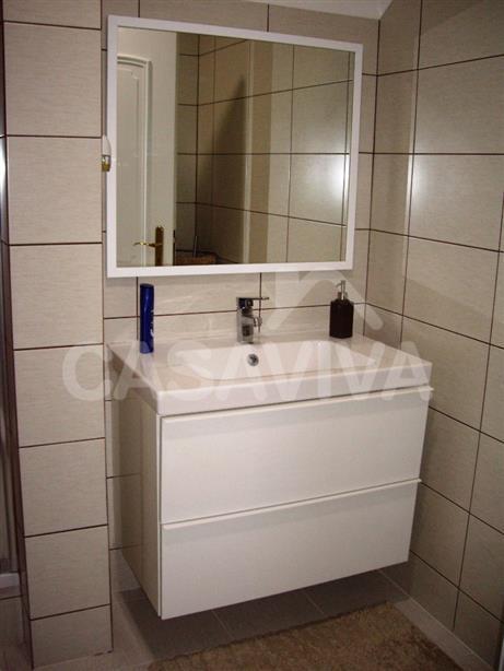 Na casa de banho foram substituídos os revestimentos antigos e colocados novos revestimentos cerâmicos. Foram também instalados novos equipamentos sanitários com o design pretendido pelo Cliente e demais acessórios.