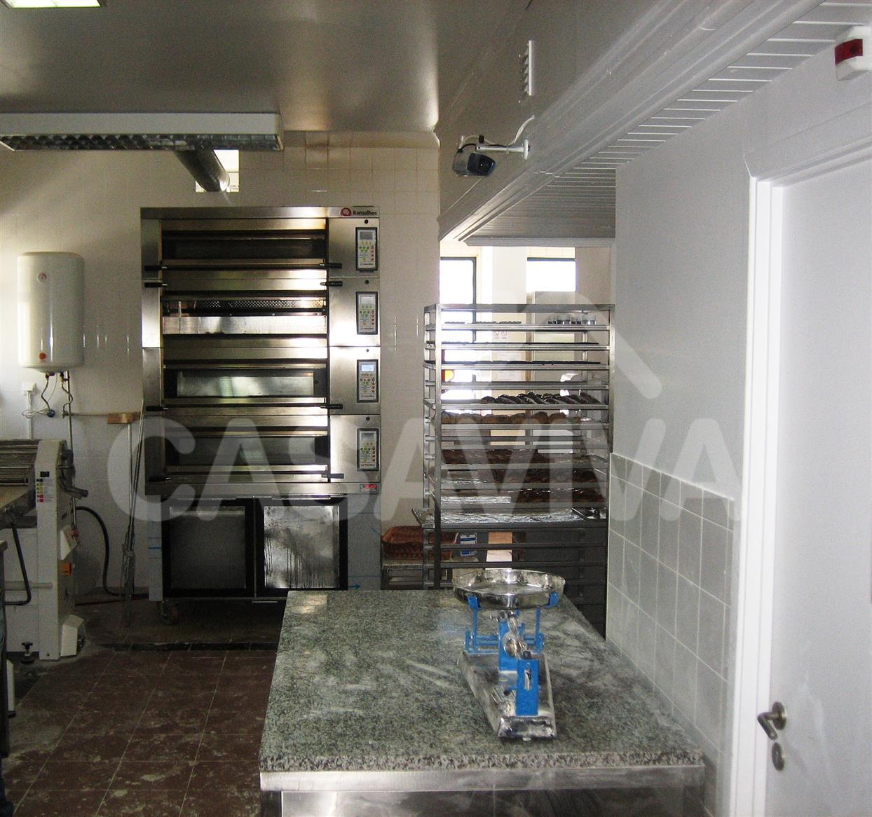 Na cozinha foram substituídos os revestimentos antigos e colocados novos revestimentos cerâmicos.