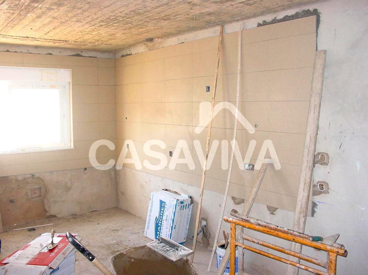 Aplicação de azulejo cerâmico em revestimento de paredes. #A66525 1245 933