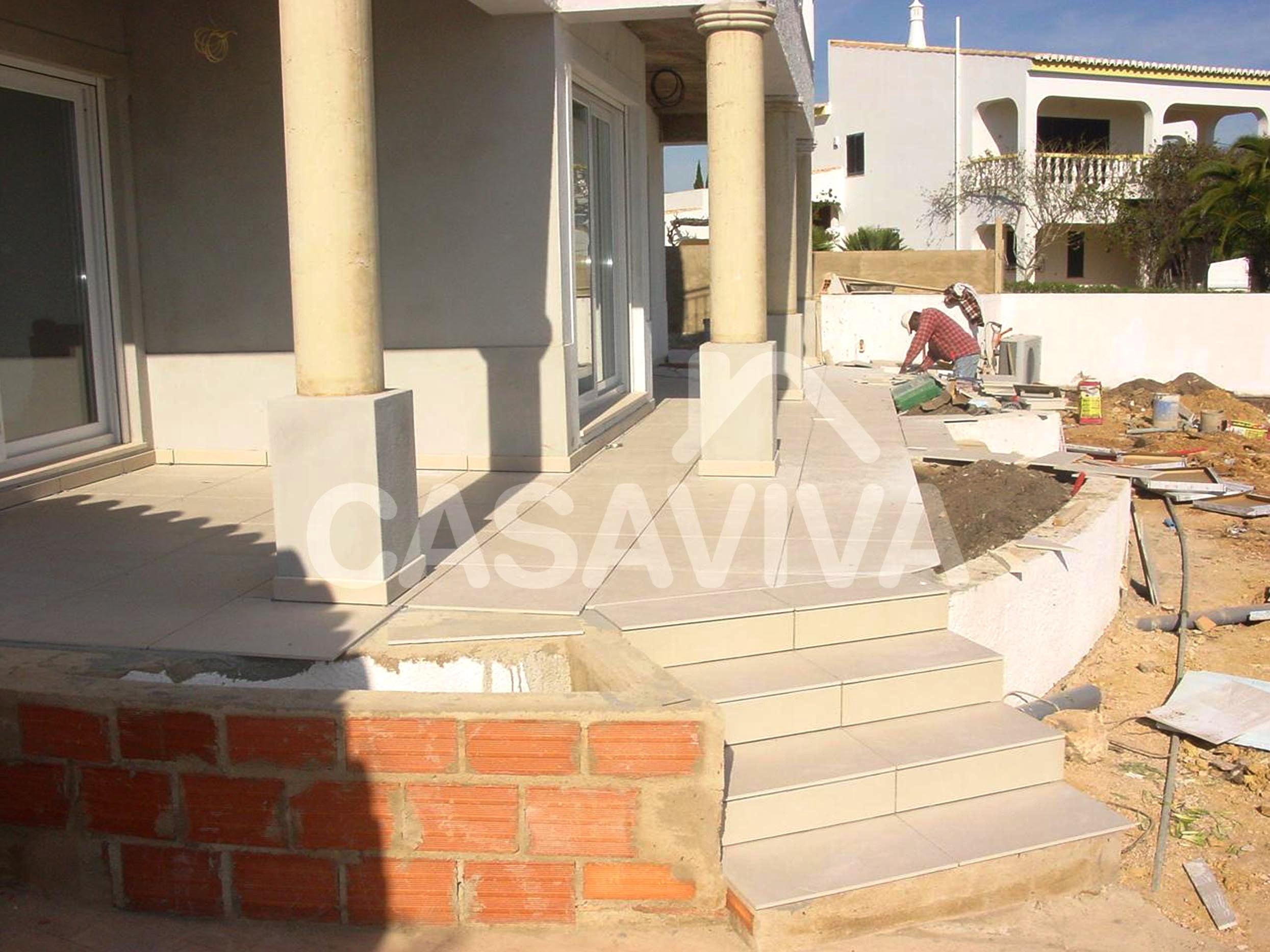 Construção de canteiros exteriores na zona do alpendre junto ao jardim.