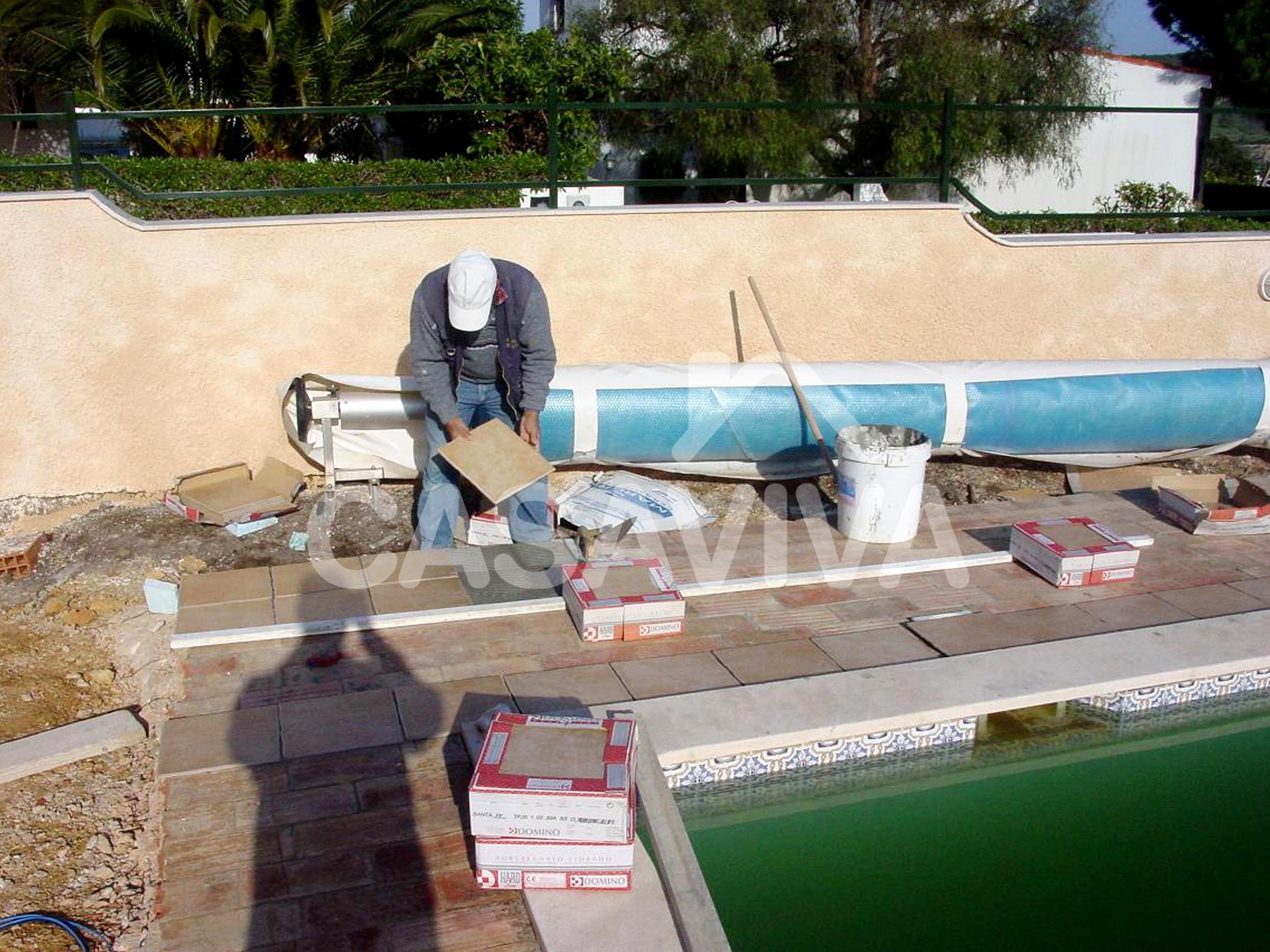 Aplicação de novo revestimento de pavimento na envolvente da piscina.