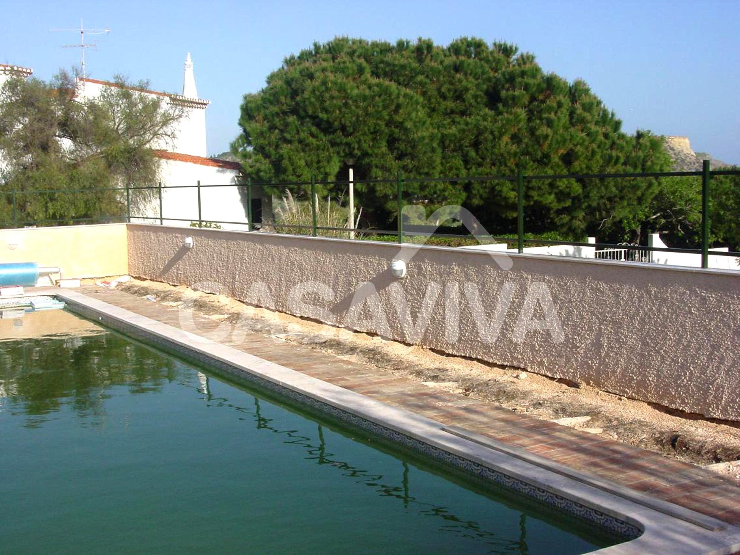 Pavimento existente a substituir no pavimento envolvente da piscina.