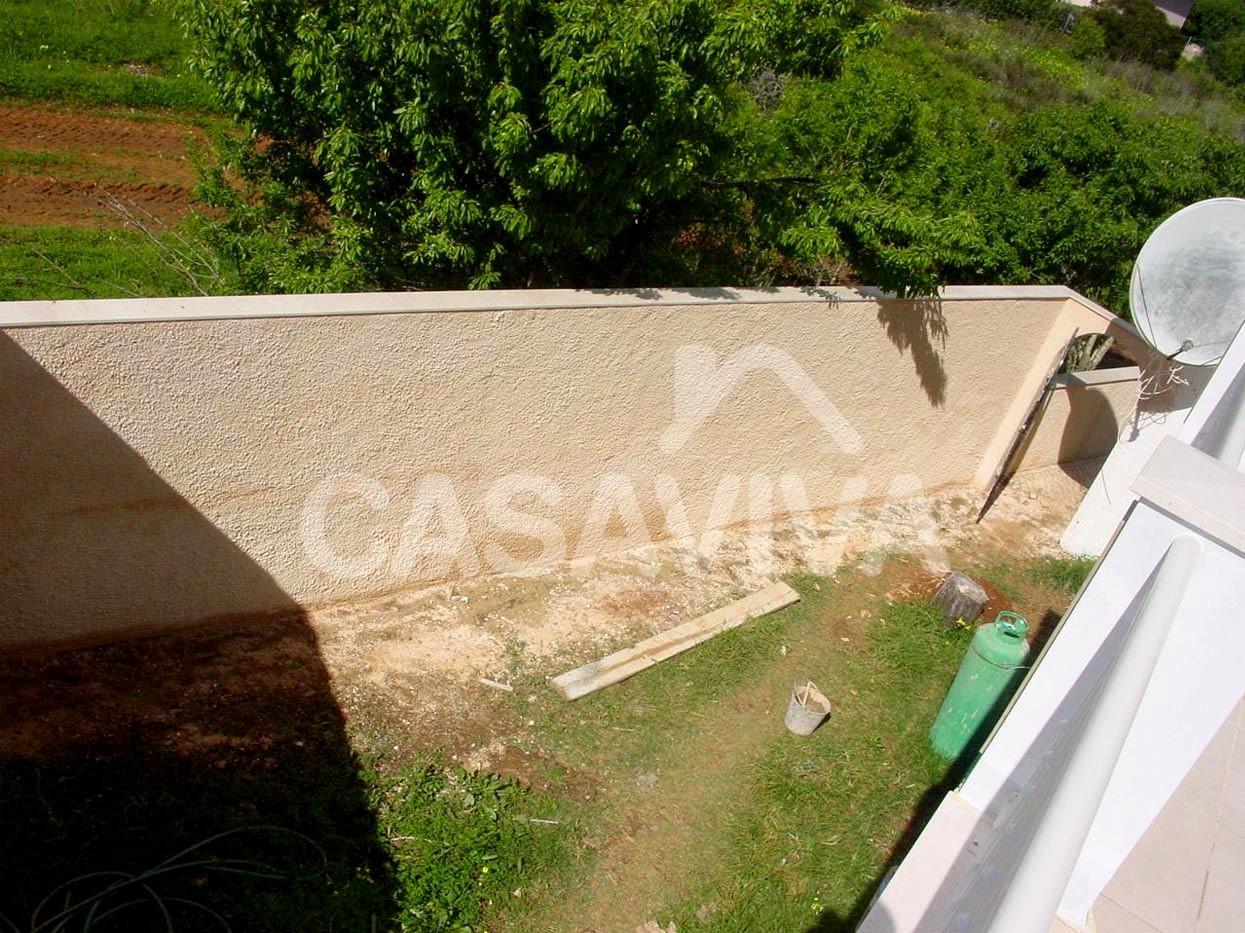 Pintura e rearranjo dos muros exteriores da moradia.