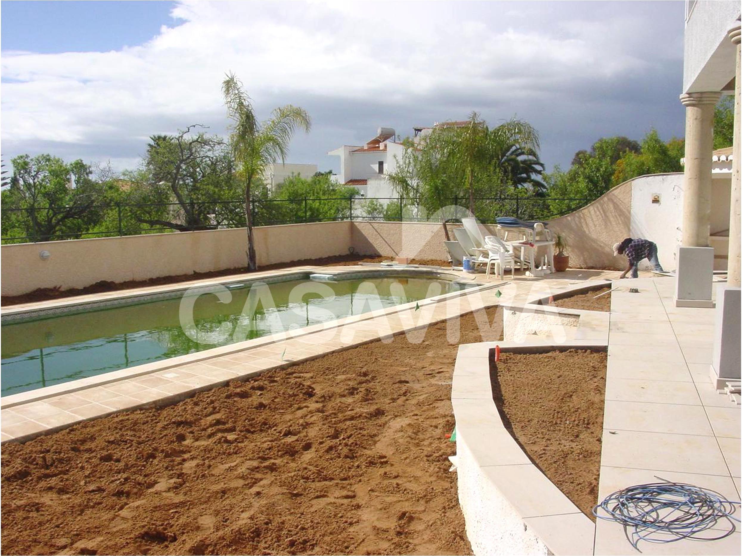 Enchimento com terra para jardim em zona a ajardinar.