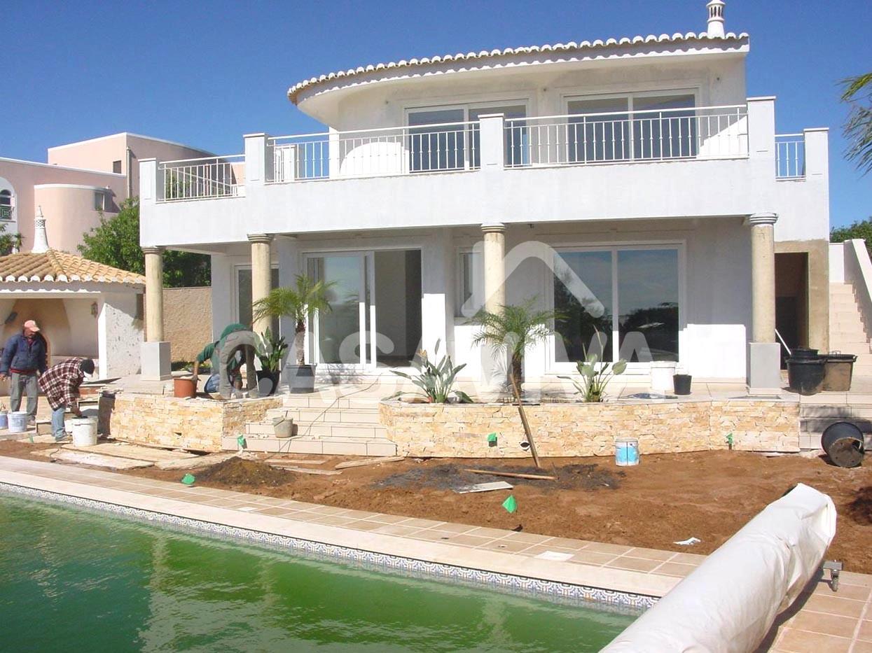 Construção de novos canteiros.Revestimento de paredes a pedra natural.Substituição do revestimento de pavimento na envolvente da piscina.