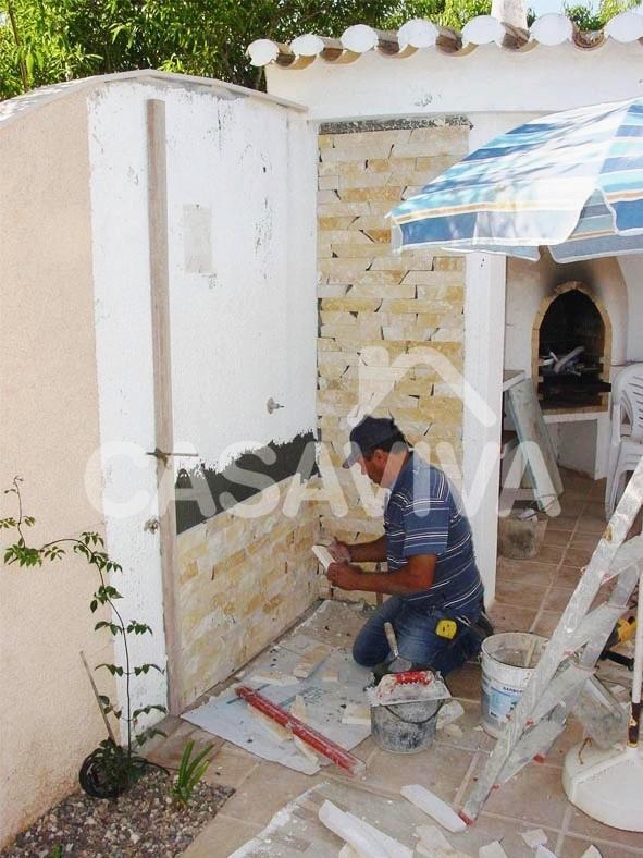 Remodelação de espaço exterior.Revestimento de parede com pedra natural.